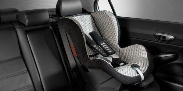 Молодые люди украли из автомобиля детское кресло