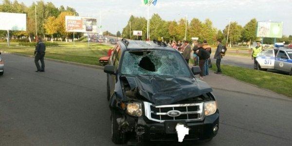 В Лиде пьяный водитель Ford Escape вылетел на тротуар, сбил пешехода и протащил его на капоте