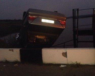 """Под Лидой водитель Mercedes выехал на """"встречку"""" и перевернулся, едва не утопив машину в озере"""