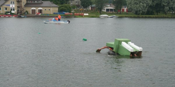 Cоревнования по плаванию «на чем попало»