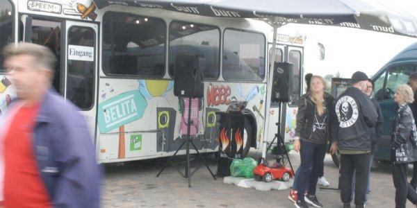 Парни которые купили автобус и сделали из него передвижную парикмахерскую приехали в Лиду