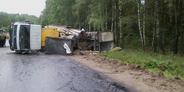 Грузовики один за другим вылетели на закруглении дороги Новоельня. Один из водителей погиб