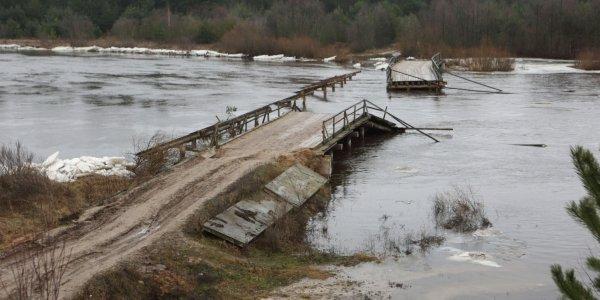 В Лидском районе полгода не могут восстановить разрушенный мост