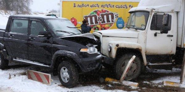 Из-за лобового столкновения машин образовалась километровая пробка