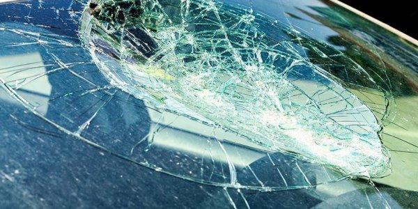 Мешала машина  — разбил камнем лобовое стекло