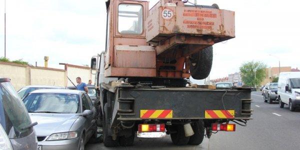 В Лиде автокран без водителя покатился и протаранил 12 автомобилей