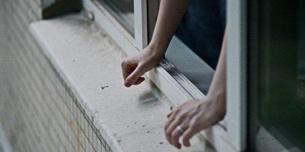 В Лиде женщина спрыгнула с 3 этажа и погибла: в предсмертной записке в своей смерти она обвинила родственника