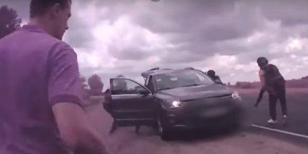 «Руки за спину! Выйти из машины!» За взятки задержали директора стеклозавода «Неман» (Видео)