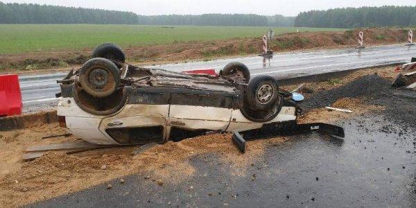 На реконструируемом участке М6 под Лидой перевернулся VW Golf: водитель чудом не пострадал