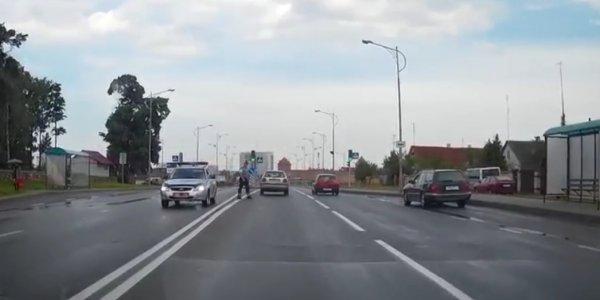 Карма: водитель в Лиде выехал на встречную полосу для обгона перед экипажем ГАИ (Видео)