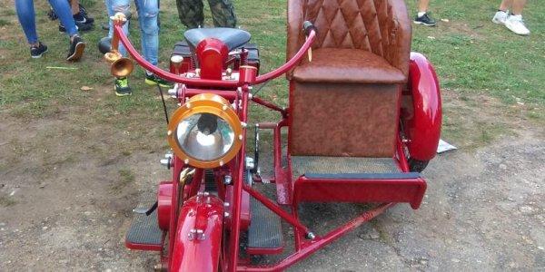 Житель Барановичей представил на фестивале самодельный мотоцикл