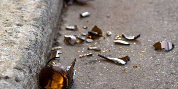 В Лиде мужчина и женщина повредили два авто выброшенными из окон многоэтажек бутылками