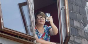 Женщина решила заснять на iPhone грозу. В смартфон ударила молния (Видео)