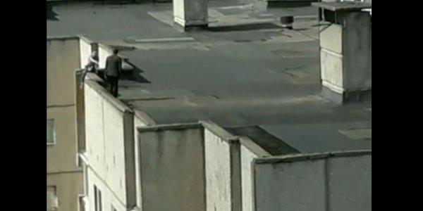 В Лиде девушка хотела спрыгнуть с крыши многоэтажки (Видео)