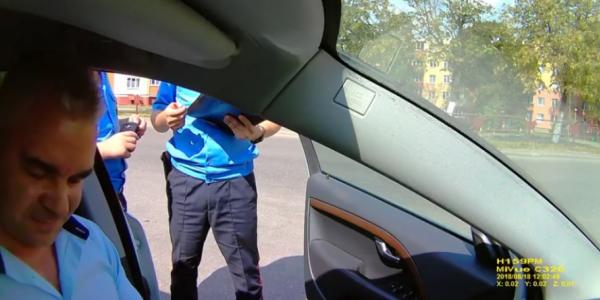 В Лиде россиянин ругался с гаишниками насчет тонировки автомобиля (Видео)