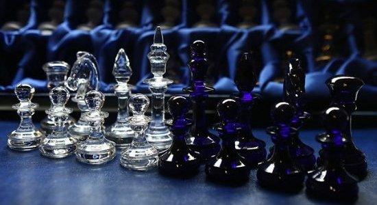 На стеклозаводе «Неман» изготовили хрустальные шахматы