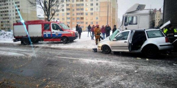 В Лиде при ДТП спасен 27-летний водитель Фольксвагена