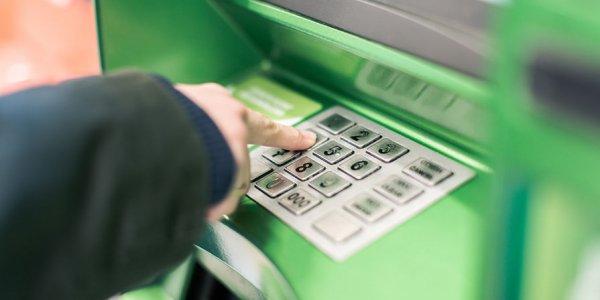 В Лиде камеры видеонаблюдения «опознали» 18-летнего жителя, который снял с украденной карточки 860 рублей