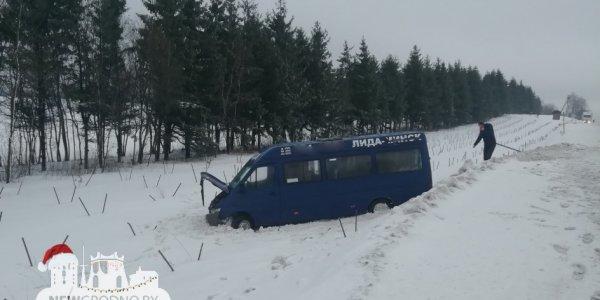 На скользкой трассе М6 маршрутка Лида — Минск съехала в кювет