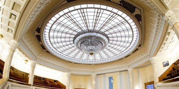 На лидском заводе «Каскад» изготовили хрустальную люстру для нового здания Верховного суда