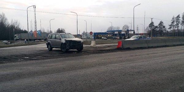 Автомобиль «Ниссан» столкнулся с фурой на трассе М6 под Лидой