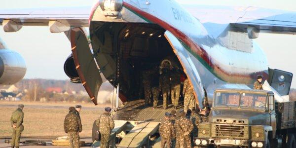 На Лидский аэродром доставили учебно-боевой самолет Як-130