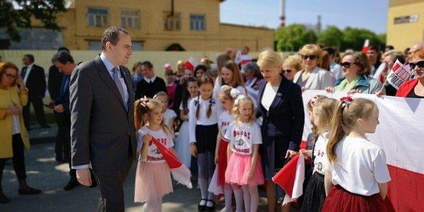 В Лиде учащиеся встречали чиновника из Польши с огромным польским флагом