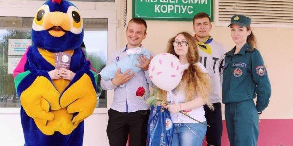 Новоиспеченных жителей города Лида поздравили работники сектора пропаганды