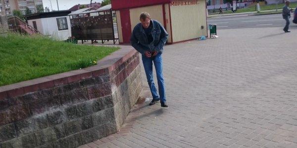 Видеофакт: В центре города Лида мужчина справил нужду