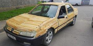 Парень из Лиды обклеил свой автомобиль дровами (Видео)