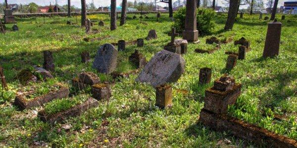 На кладбище в Лиде двое детей из шалости повредили порядка тридцати надгробий