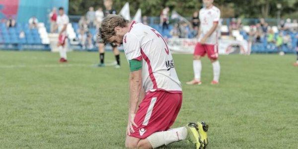 Футболист ФК «Лиды» стал на колени перед арбитром, чтобы он засчитал отмененный гол