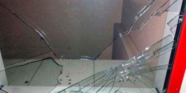 В Лиде прохожий бросил кусок тротуарной плитки в витрину кафе