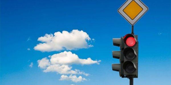 В Лиде на перекрестке водитель смог проехать на красный и не попал в ДТП (Видео)