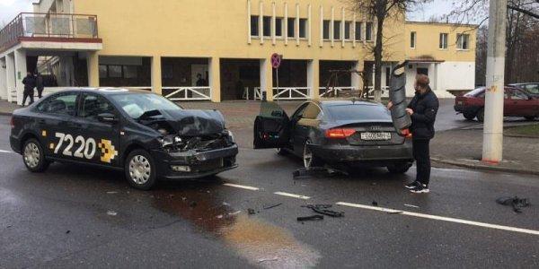 В Лиде молодой водитель такси протаранил поворачивающий автомобиль